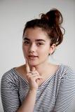 Ståenden av en härlig ung sexig kvinnabrunett, naturligt smink, uttrycker sinnesrörelser tänker, tro, förvänta, anta arkivfoton