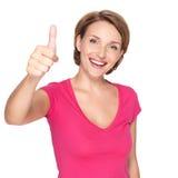 Ståenden av en härlig vuxen lycklig kvinna med tummar up tecknet royaltyfri foto