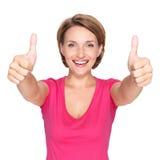 Ståenden av en härlig vuxen lycklig kvinna med tummar up tecknet arkivbilder