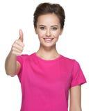Ståenden av en härlig vuxen lycklig kvinna med tummar up tecknet Arkivfoton