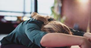 Ståenden av en koncentrerad dam gör yogaövningar på mattt henne som sträcker kroppen i morgonen för att få mer energi för stock video