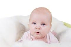 Ståenden av en krypning behandla som ett barn på sängen Fotografering för Bildbyråer