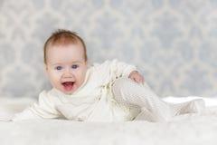 Ståenden av en krypning behandla som ett barn på sängen i hennes rum Royaltyfri Bild