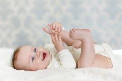 Ståenden av en krypning behandla som ett barn på sängen i hennes rum Royaltyfria Bilder