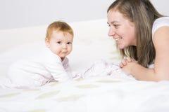 Ståenden av en krypning behandla som ett barn på sängen i hennes rum Fotografering för Bildbyråer