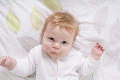 Ståenden av en krypning behandla som ett barn på sängen i hennes rum Royaltyfri Foto