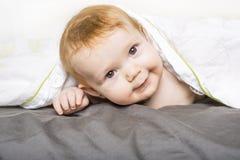 Ståenden av en krypning behandla som ett barn på sängen i hennes rum Arkivbild