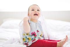 Ståenden av en krypning behandla som ett barn på sängen i hennes rum Royaltyfria Foton