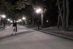 Ståenden av en kvinna i natt parkerar fotografering för bildbyråer