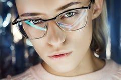 Ståenden av en kvinna i neon färgade reflexionsexponeringsglas i bakgrunden Bra vision, perfekt makeup på flickaframsida Härlig W arkivbilder
