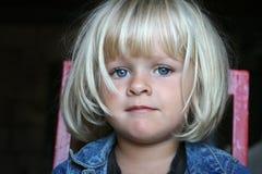 Ståenden av en liten flicka med härligt synar royaltyfria bilder
