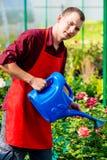 Ståenden av en man med en blått som bevattnar kan Fotografering för Bildbyråer