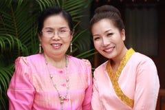 Ståenden av en moder med dottern klädde som brud i Thailand Arkivfoto