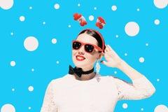 Ståenden av en nätt kvinna i jul utrustar Arkivfoton