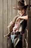 Ståenden av en pojke klädde som en cowboy Royaltyfri Bild