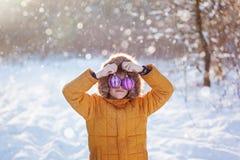 Ståenden av en pojke med jul klumpa ihop sig att gå i vinternaturen leka snow Lycklig barndom för begrepp Arkivbilder