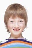 Ståenden av en pojke med mjölkar att le för tänder Arkivfoton