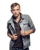 Ståenden av en säker ung man i jeans klår upp på en vit fotografering för bildbyråer