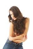 Ståenden av en shirtless kvinna lutar till kameran Royaltyfria Bilder