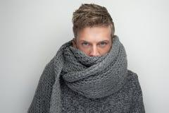 Vända mot doldt vid scarfen Arkivbild