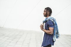 Ståenden av en ung afrikansk amerikanman klädde tillfälligt och modernt på stadsgatan royaltyfria bilder