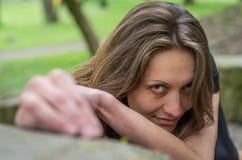 Ståenden av en ung charmig flicka med en förförisk sexuell blick under en gå i Stryisky parkerar i Lviv Arkivfoton