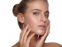 Ståenden av en ung flicka med rent och sunt slätar hud utan makeup royaltyfria foton