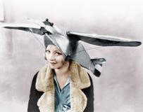 Ståenden av en ung kvinna som bär ett flygplan, formade locket (alla visade personer inte är längre uppehälle, och inget gods fin Royaltyfri Bild