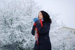 Ståenden av en ung le brunett i vinter parkerar Royaltyfri Fotografi