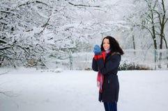 Ståenden av en ung le brunett i vinter parkerar Arkivbild