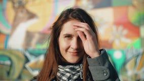 Ståenden av en ung le kvinna tycker om rayssna av inställningssolen på en färgrik bakgrund Närbild 4K arkivfoto