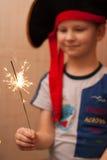 Ståenden av en ung pojke, piratkopierar hatten, Arkivbilder
