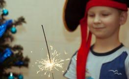 Ståenden av en ung pojke, piratkopierar hatten, Royaltyfri Bild