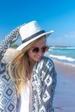 Ståenden av en ung sexig kvinna med den vita hatten och solglasögon som går på vit sand, sätter på land en tropisk Bali ö på soli Royaltyfri Fotografi