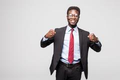 Ståenden av en upphetsad affärsman med armar lyftte i framgång på vit bakgrund royaltyfria foton