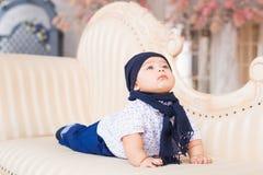 Ståenden av ett gulligt behandla som ett barn att le för pojke Förtjusande fyra månad gammalt barn Arkivfoto