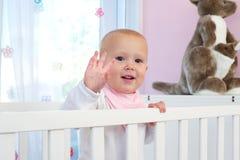 Ståenden av ett gulligt behandla som ett barn le och vinkande hälsningar Arkivfoton