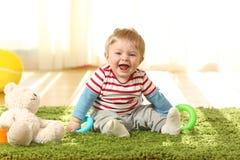 Ståenden av ett lyckligt behandla som ett barn se dig Royaltyfri Fotografi