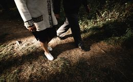 Ståenden av ett lyckligt högt par parkerar in Se mer i min portfölj arkivbilder