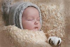 Ståenden av ett nyfött behandla som ett barn att sova Royaltyfri Fotografi