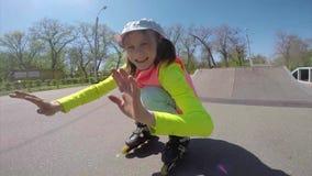 Ståenden av ett sportive barn inline åker skridskor bladingen arkivfilmer