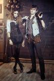 Ståenden av ett ungt härligt älska par i steampunk utformar w Arkivbild