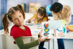 Elementära ålderbarn som målar i klassrum Arkivbild