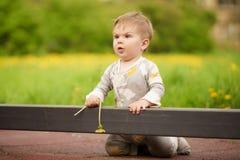 Ståenden av förtjusande behandla som ett barn att spela på lekplatsen Arkivfoton