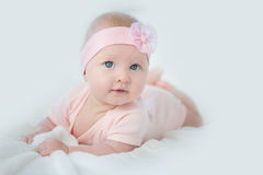 Ståenden av förtjusande behandla som ett barn flickan i rosa färgklänning Arkivfoto
