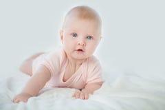 Ståenden av förtjusande behandla som ett barn flickan i rosa färgklänning Royaltyfri Foto