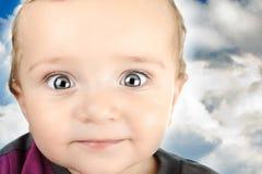 Ståenden av förtjusande blå-ögon behandla som ett barn. Arkivfoto