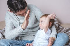 Ståenden av fadern och sonen behandla som ett barn Faderskap, förälskelse och skydd av barn Familj och kontinuitet av utvecklinga arkivfoton