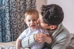 Ståenden av fadern och sonen behandla som ett barn Faderskap, förälskelse och skydd av barn Familj och kontinuitet av utvecklinga fotografering för bildbyråer