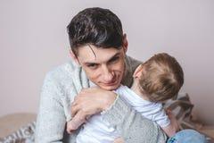 Ståenden av fadern och sonen behandla som ett barn Faderskap, förälskelse och skydd av barn Familj och kontinuitet av utvecklinga royaltyfria bilder